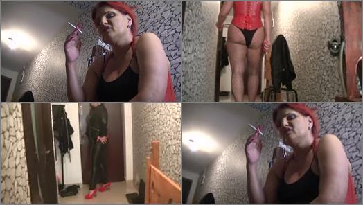 Bizarre Goddesses  Goddess Andreea secured her toilet for feeding  preview