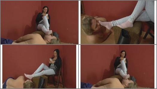 Stinky feet – Mistress Jenna Sadurnus – I take off my boot