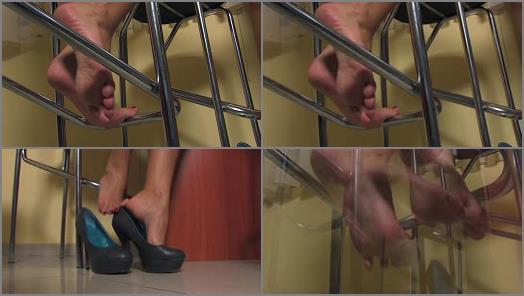 Soles – Noemis World – Beautiful Selena teasing with her bare feet