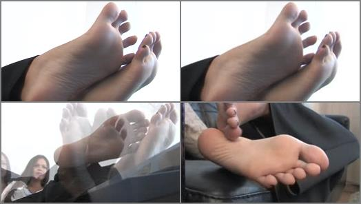 Barefoot – Noemis World – Cute Amy wiggling her long toes