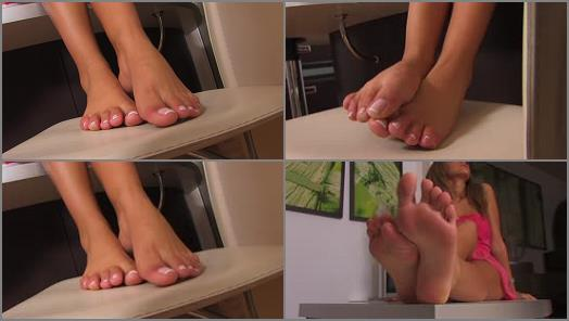 Highly arched feet – Noemis World – Simone rubbing her bare soles on the bar