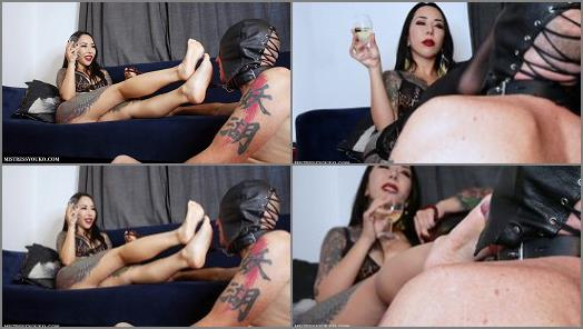 Footdom – Japanese Mistress Youko starring in video 'Sweaty Foot Worshipping Slave'