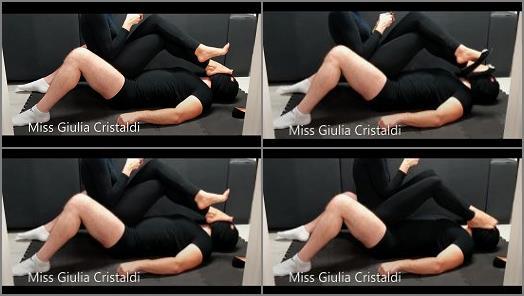 Stinky feet – Miss Giulia – Poltrona Umana e Piedi in Faccia