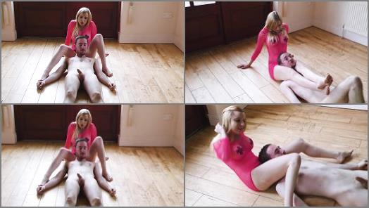 Scissorhold – Sophie Shox starring in video 'Running With Scissors'